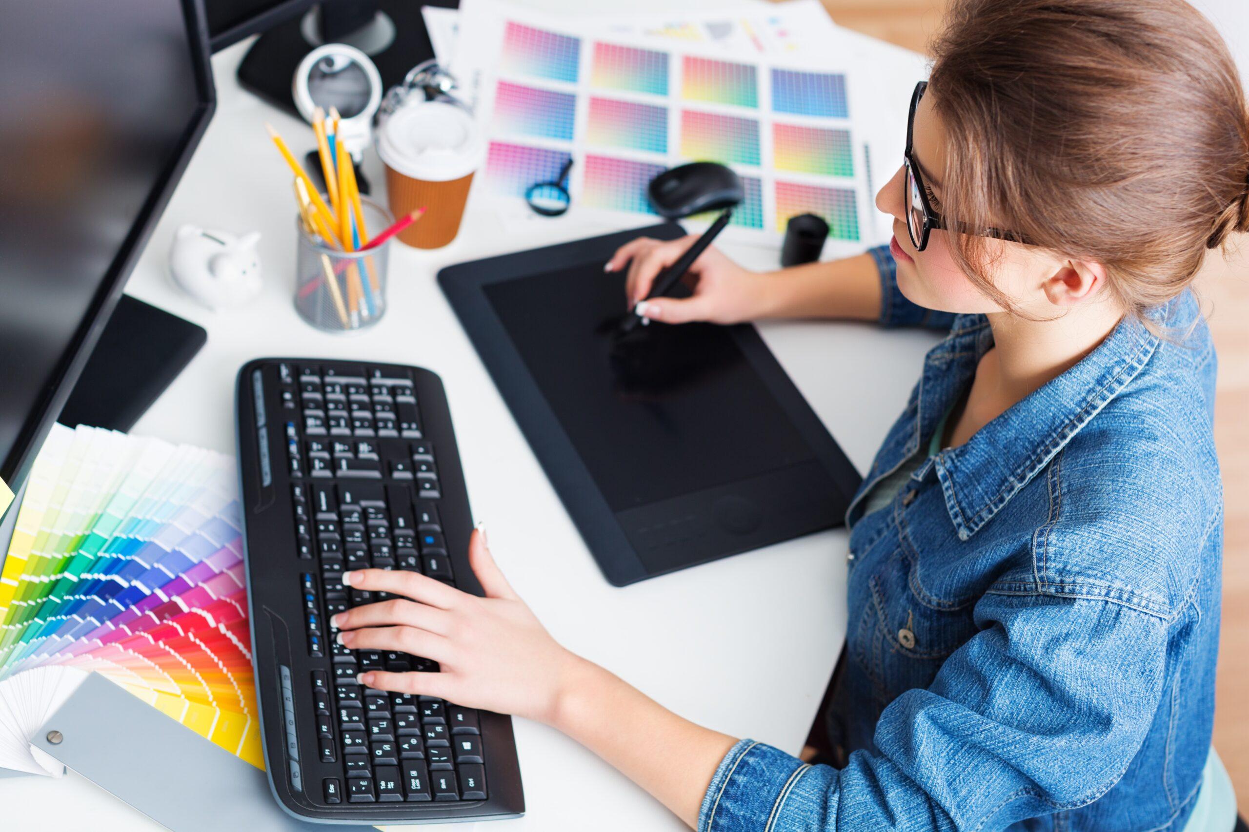 Självstudier med hjälp av dator, tangentbord och digital ritplatta