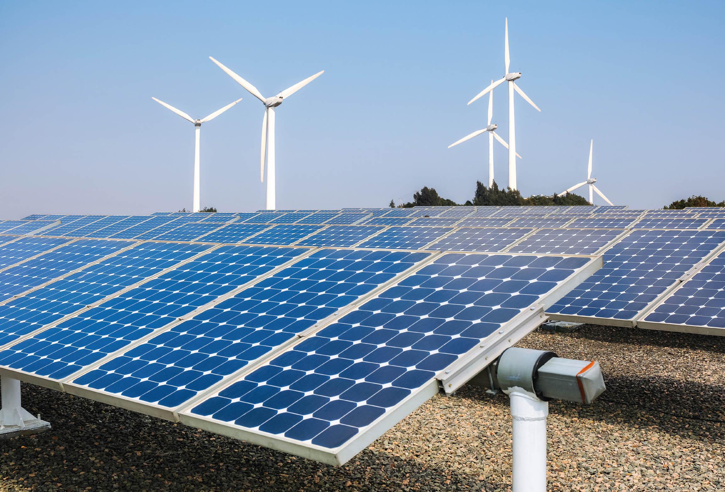 Bilden visar vindkraftverk och solkraftverk