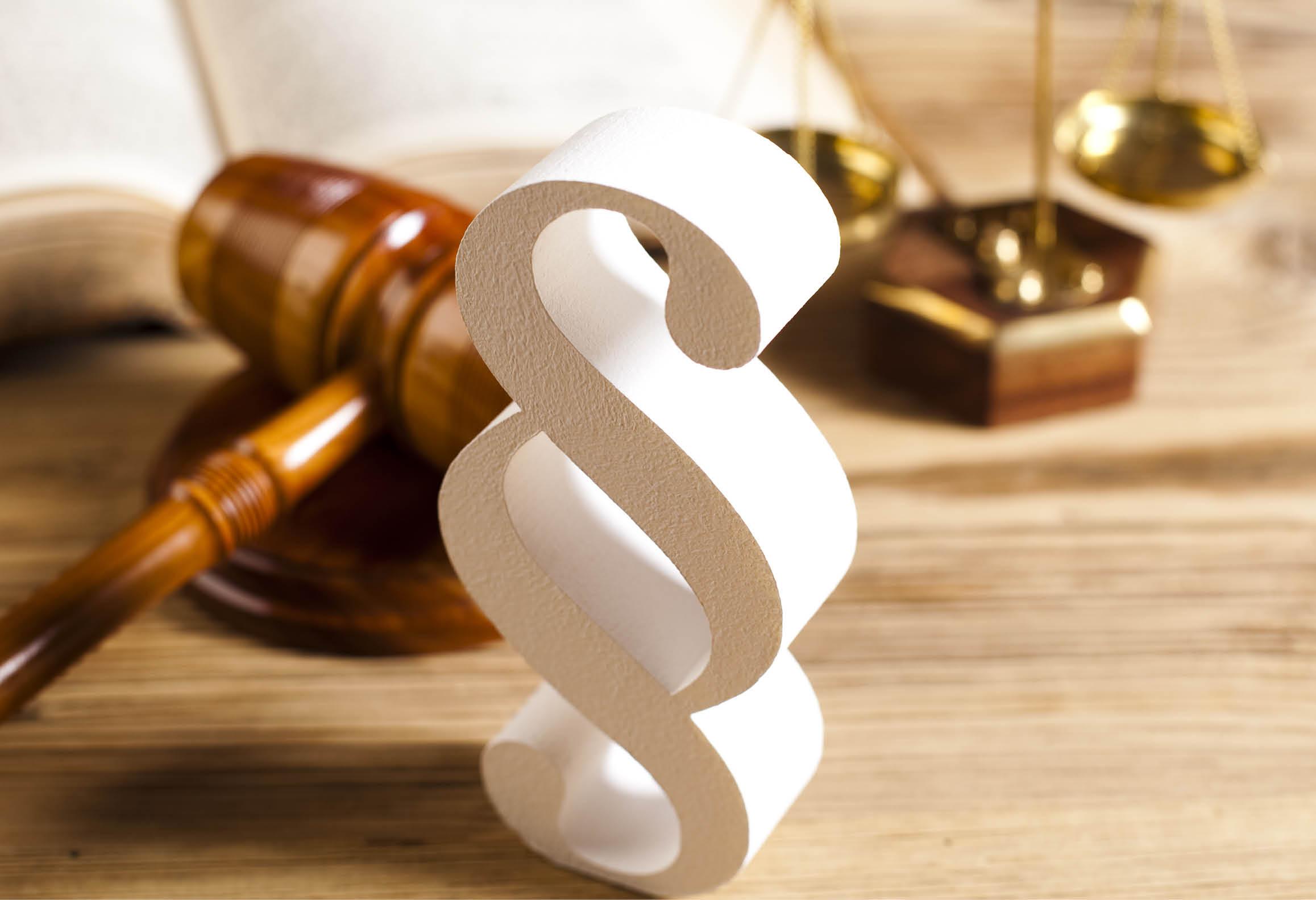 Domstolsklubba, lagbok, tecken för lagparagraf och vågskål