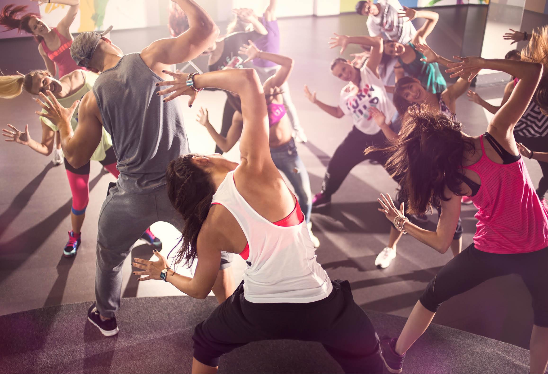 En grupp dansare i en dansstudio