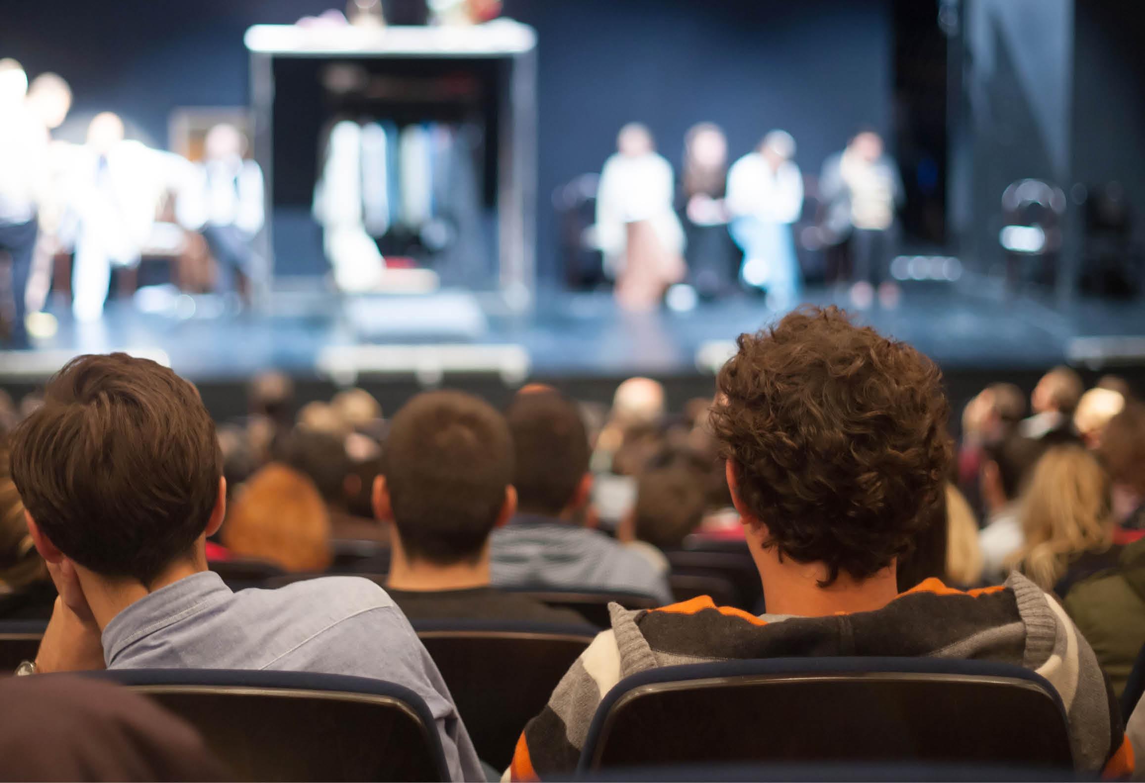 En teaterscen och fullsatt publik