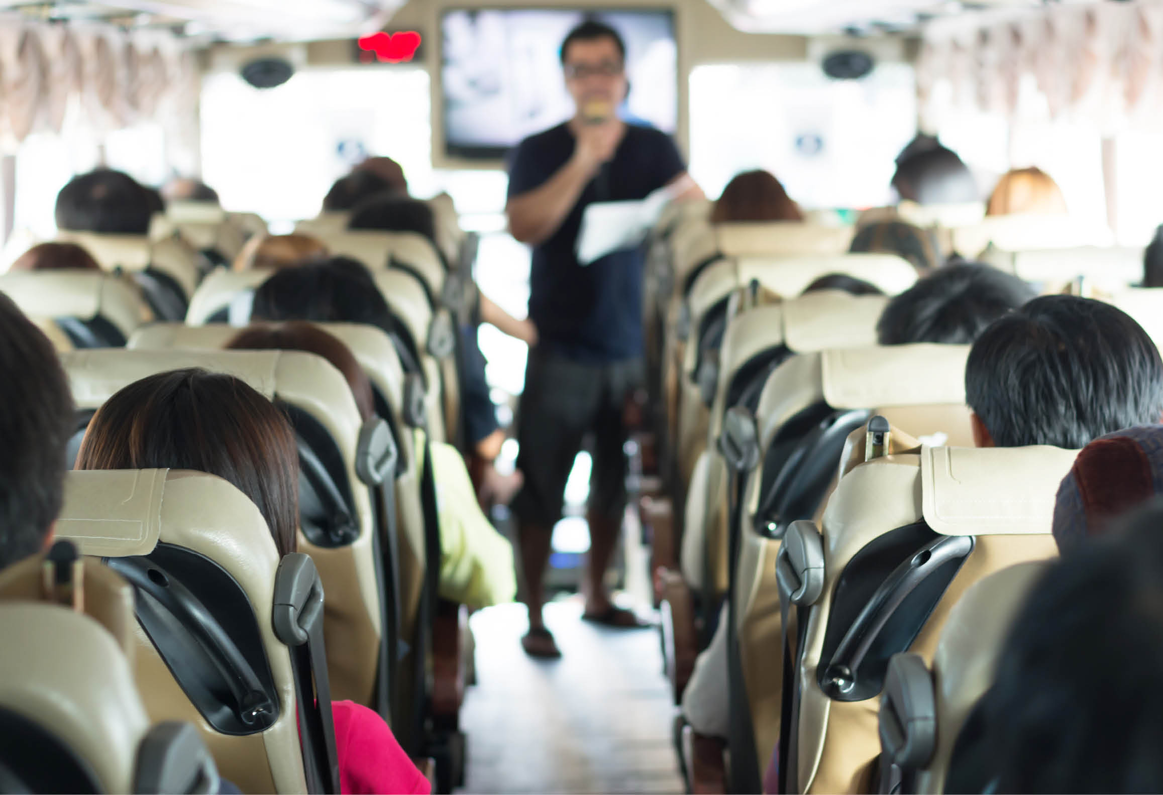 Reseguide med mikrofon ger information till bussresenärer