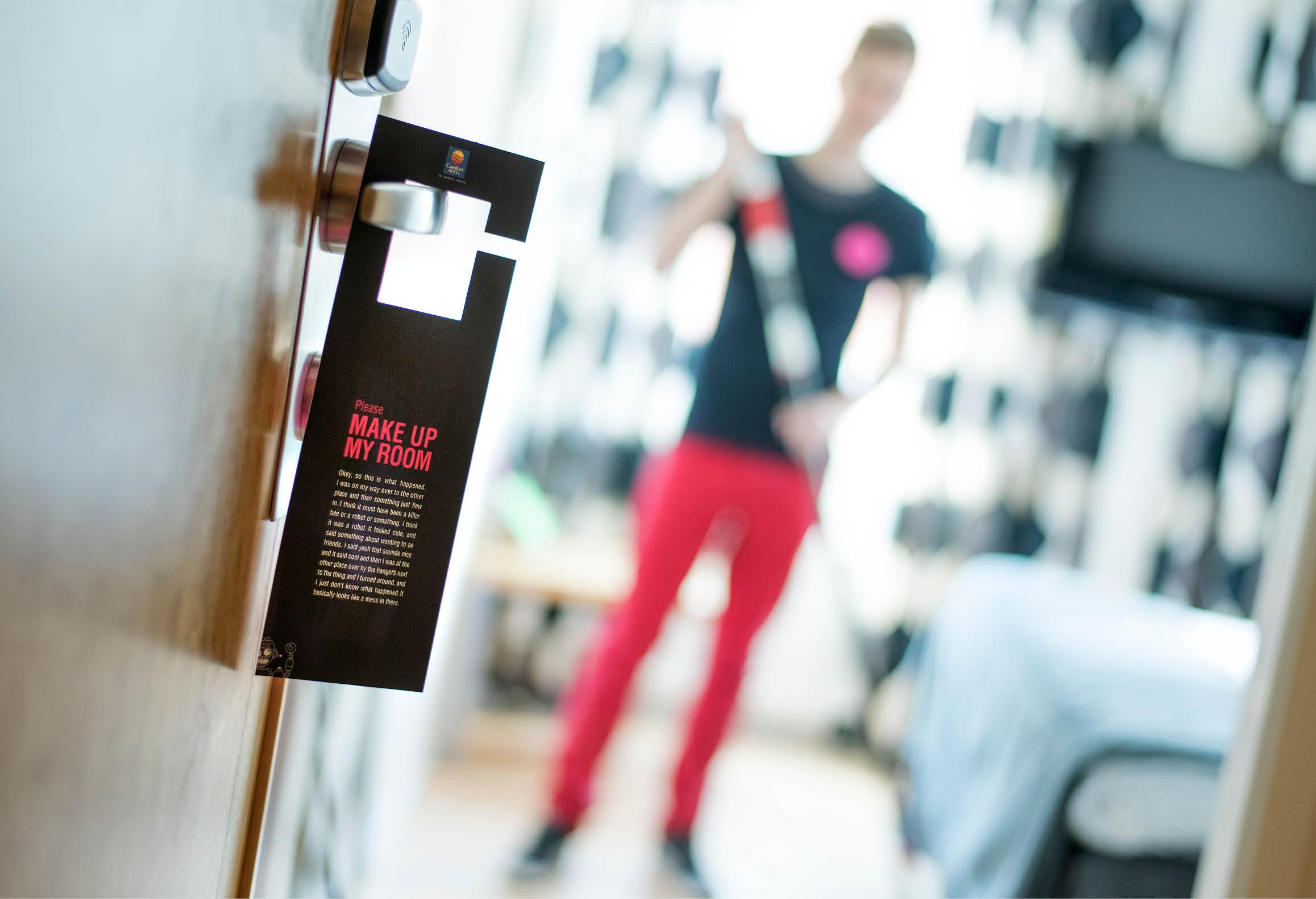 Personal utför våningsservice genom att städa och bädda rent i ett hotellrum