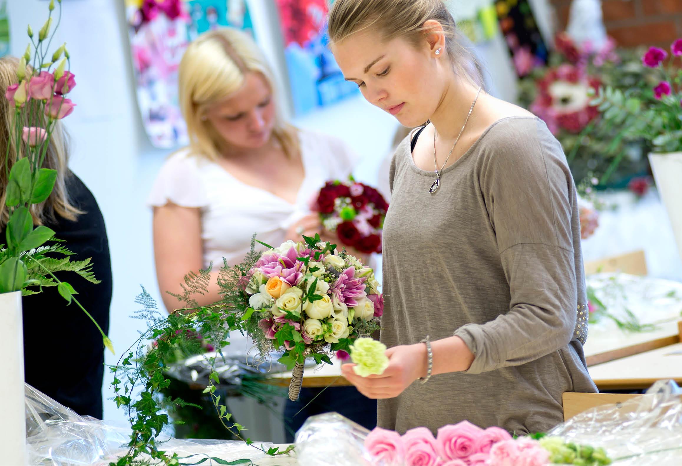 Florist som gör en blombukett