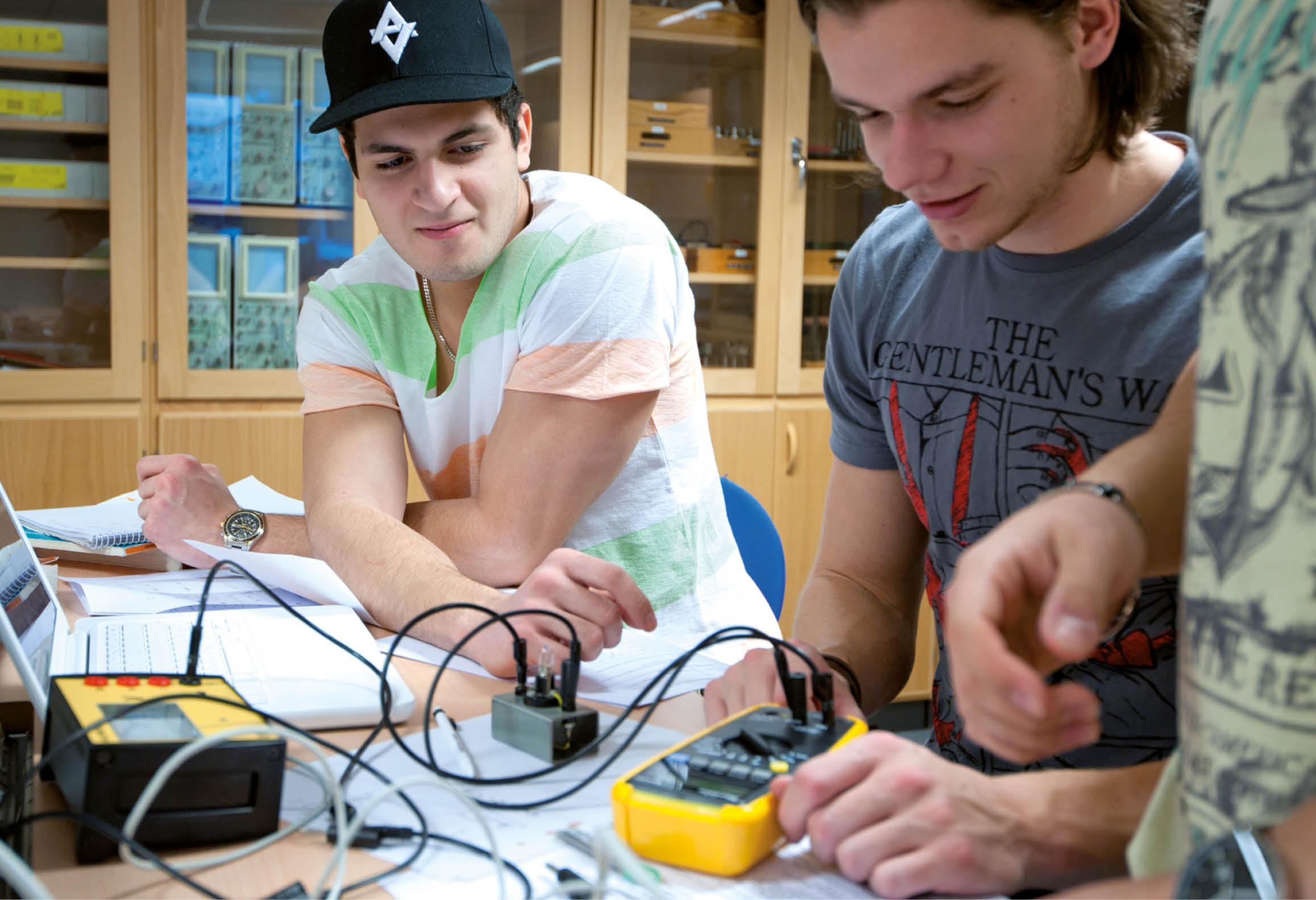 Elever som arbetar med en laborationsuppgift