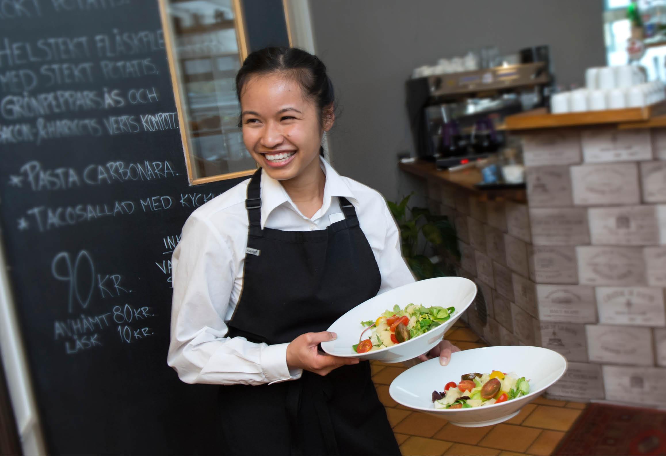 Servitris med mat som ska serveras