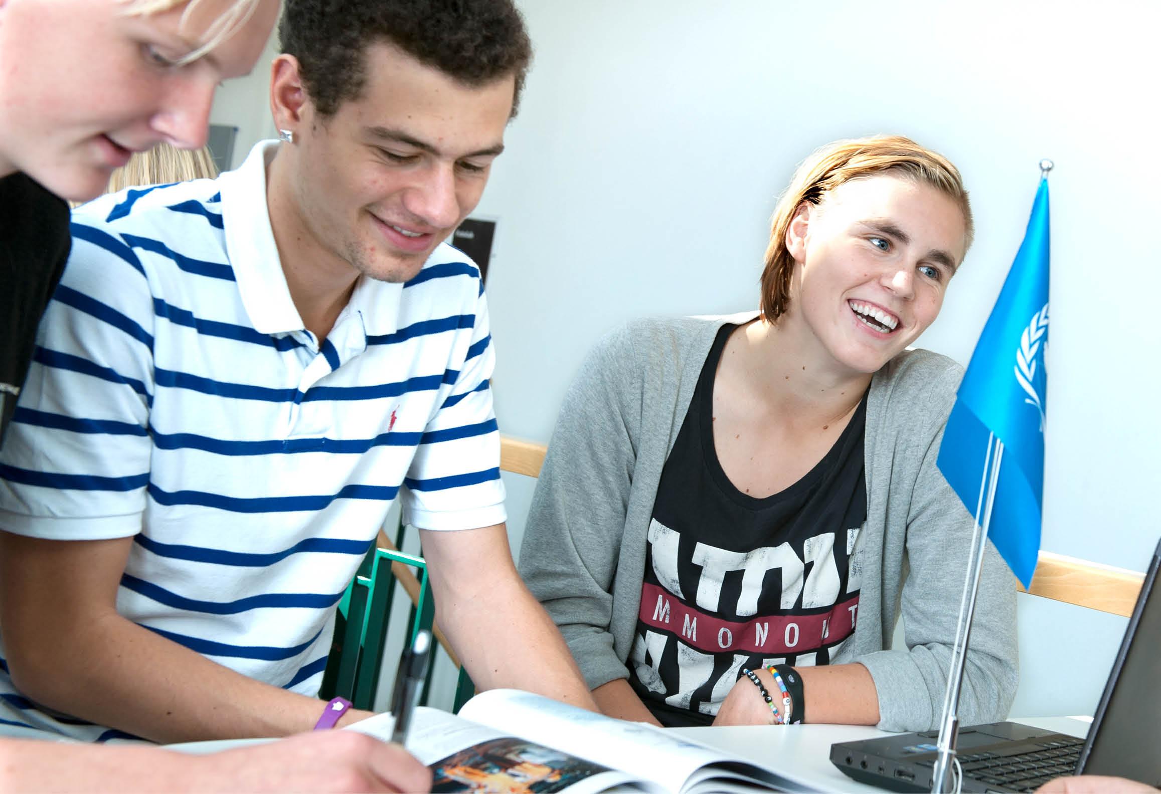 Elever som arbetar med uppgift som har internationellt tema
