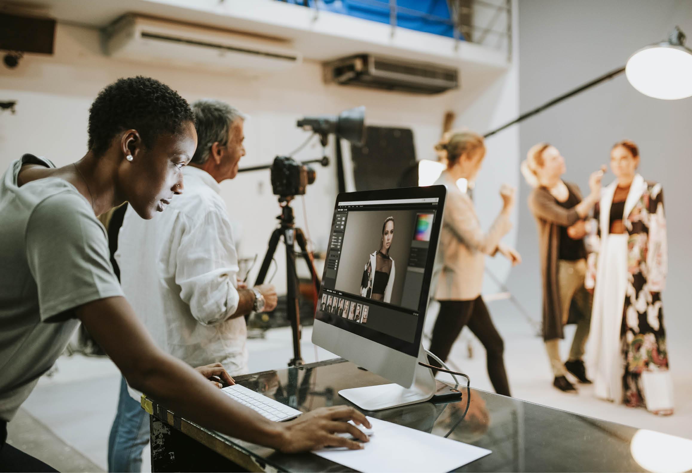 Produktionsteam förbereder inspelning/sändning i en TV-studio