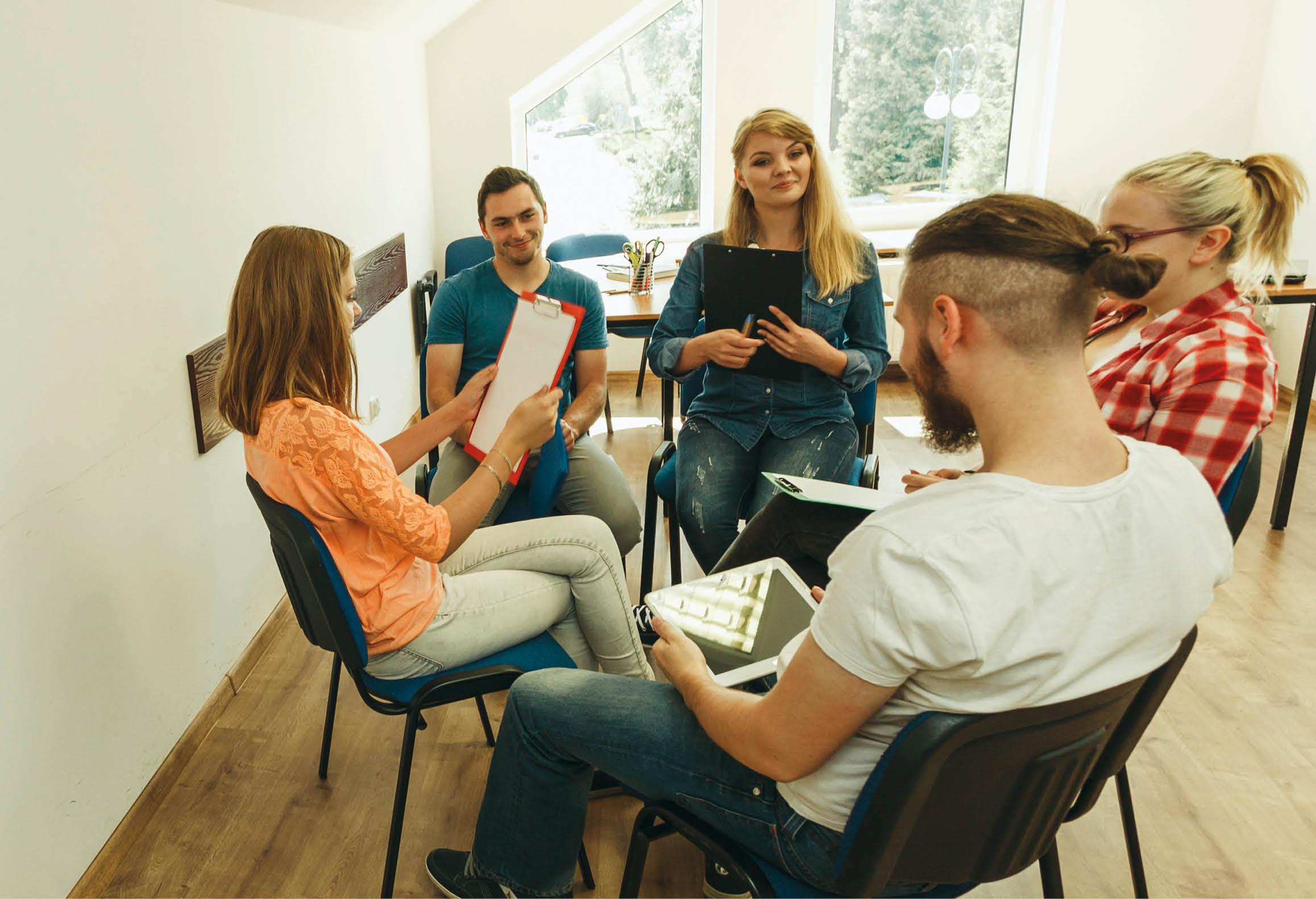 Elever diskuterar och samarbetar i grupp