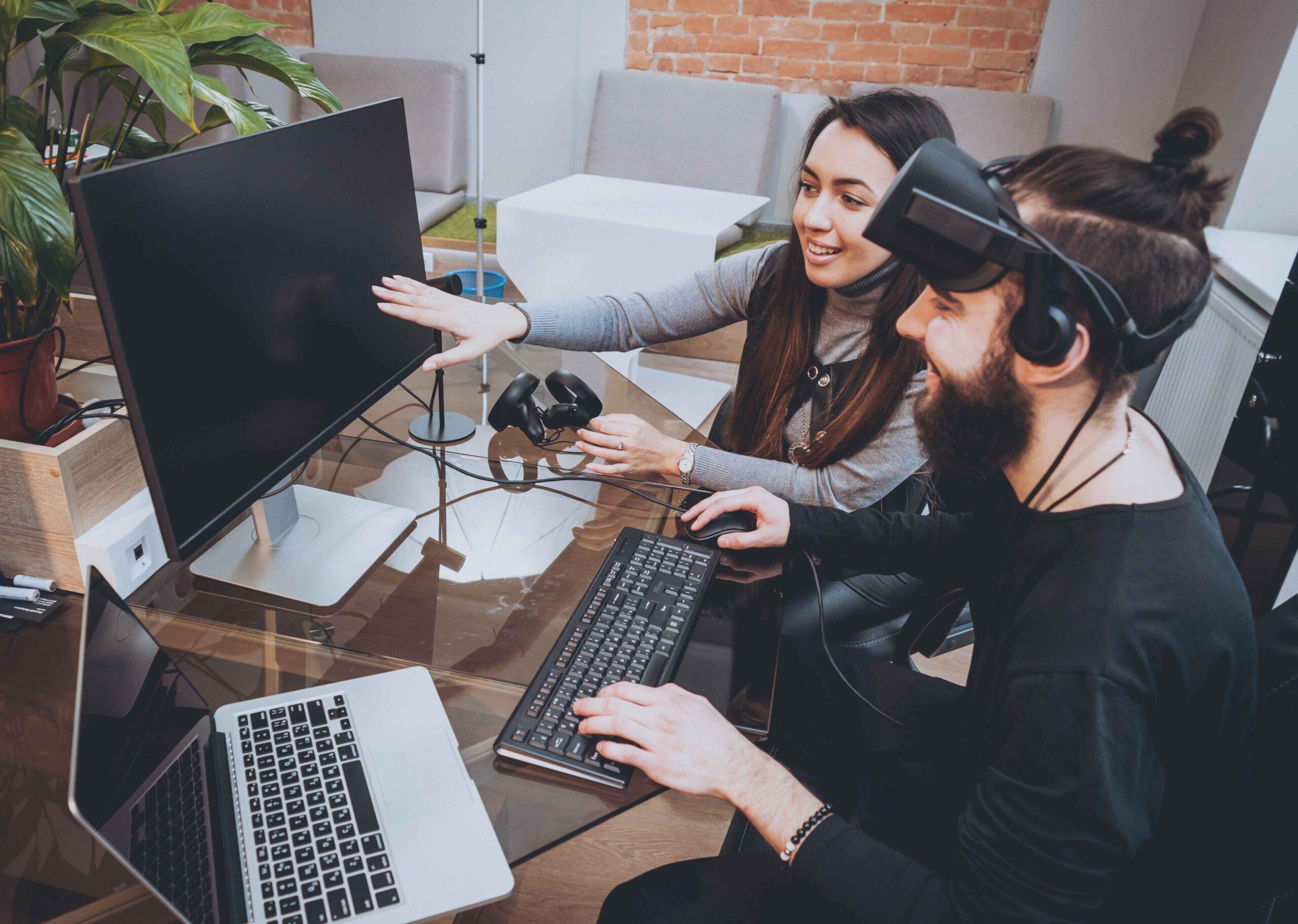 Två personer använder virtual reality