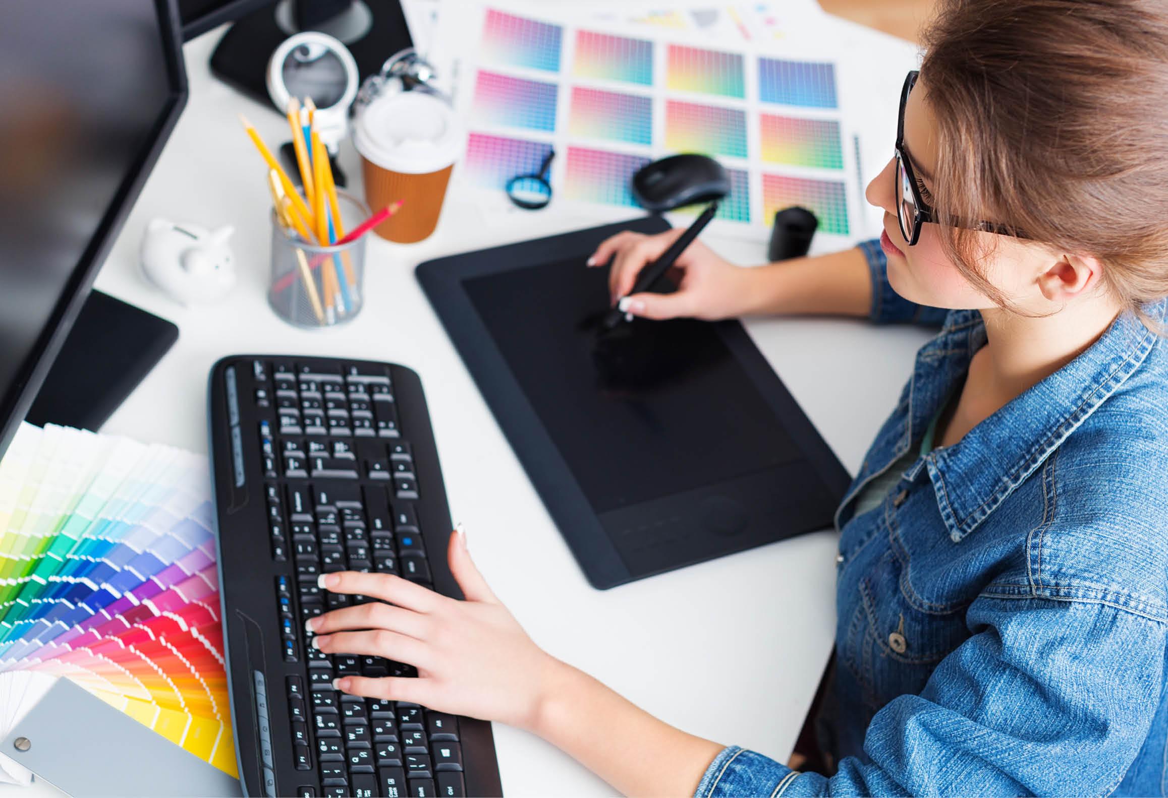Elev som arbetar med dator, tangentbord och digital ritplatta