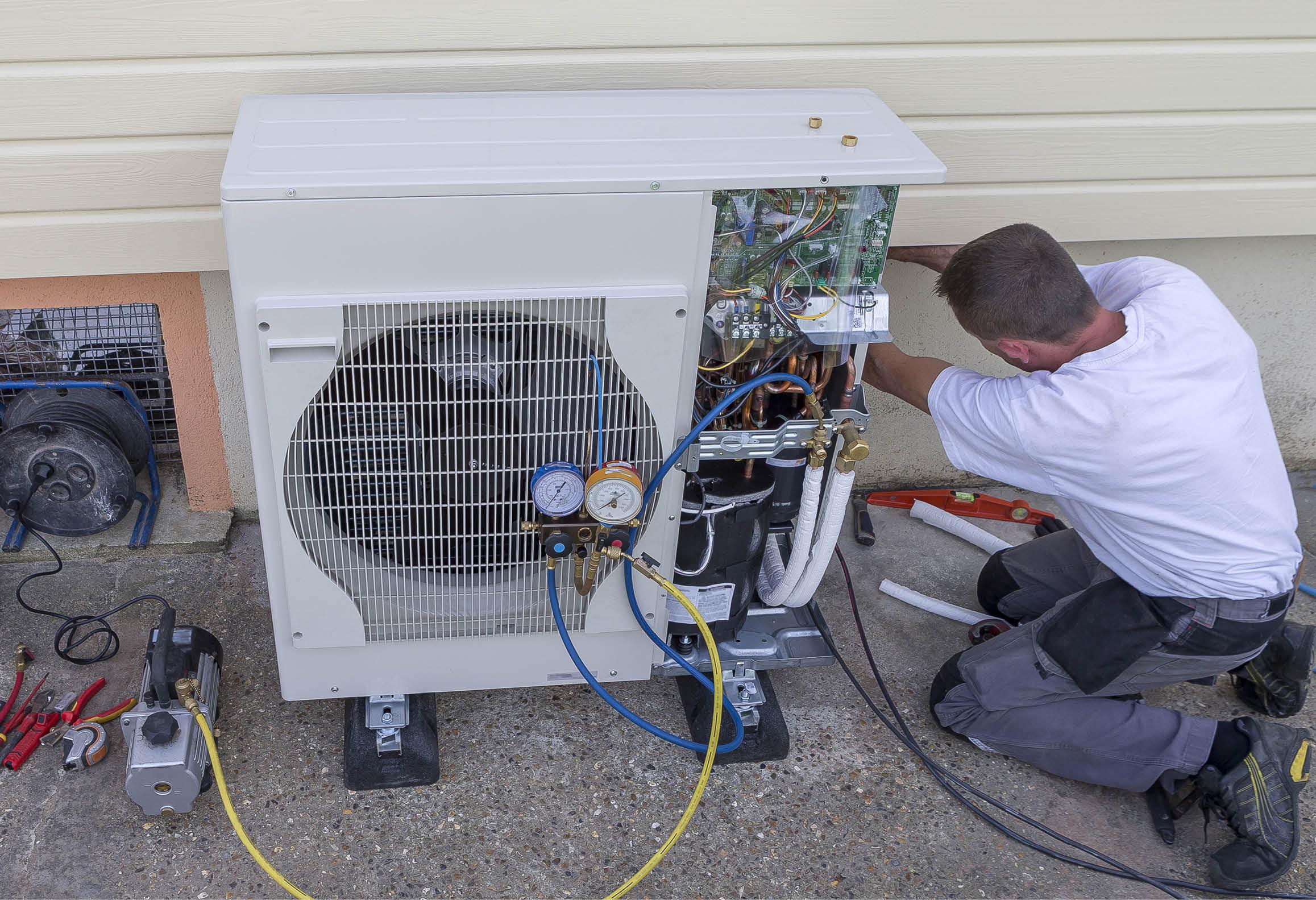 Kyl- och värmepumpsmontör servar värmepumpens utedel
