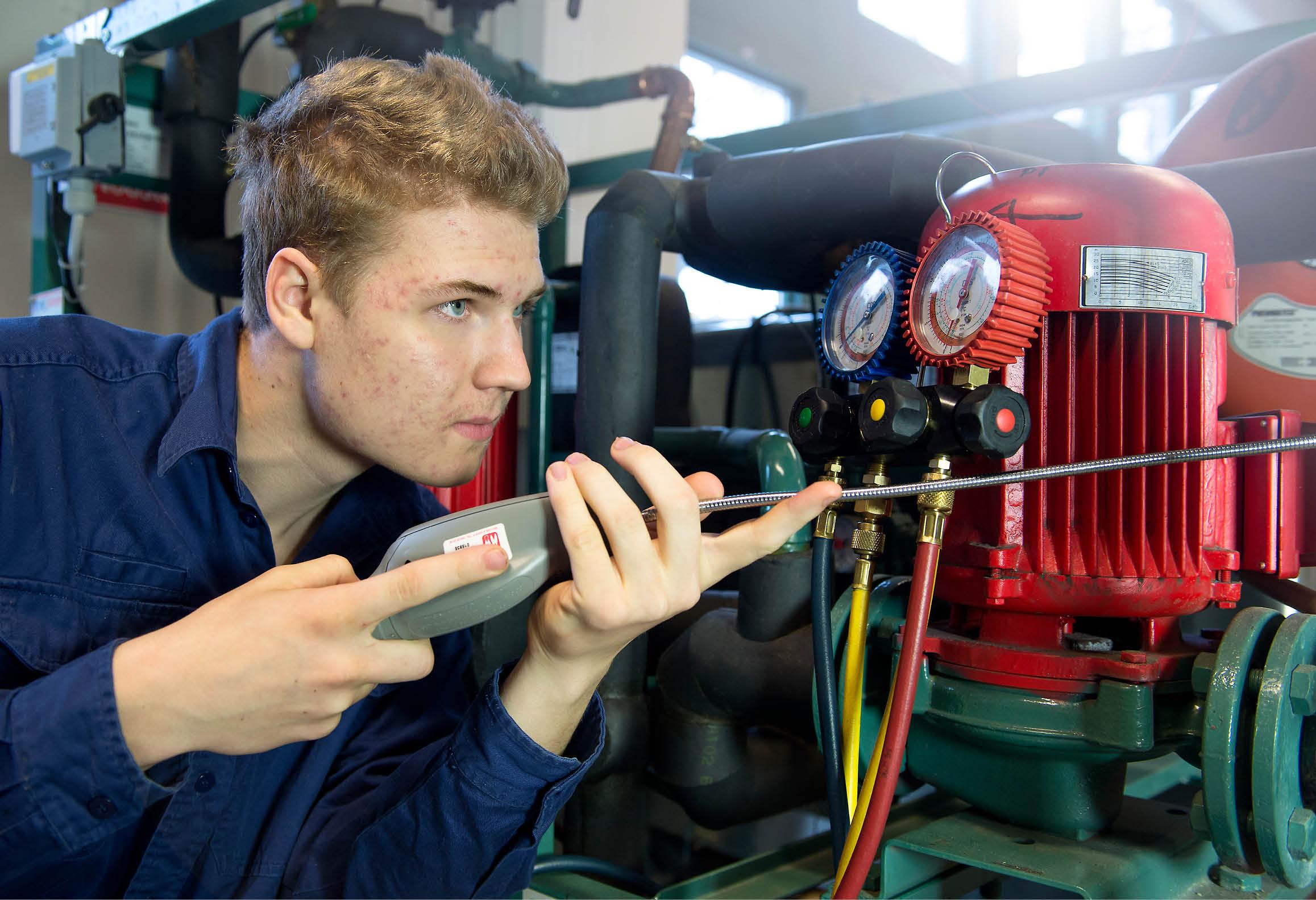 Elev som använder instrument för att söka efter gasläckage