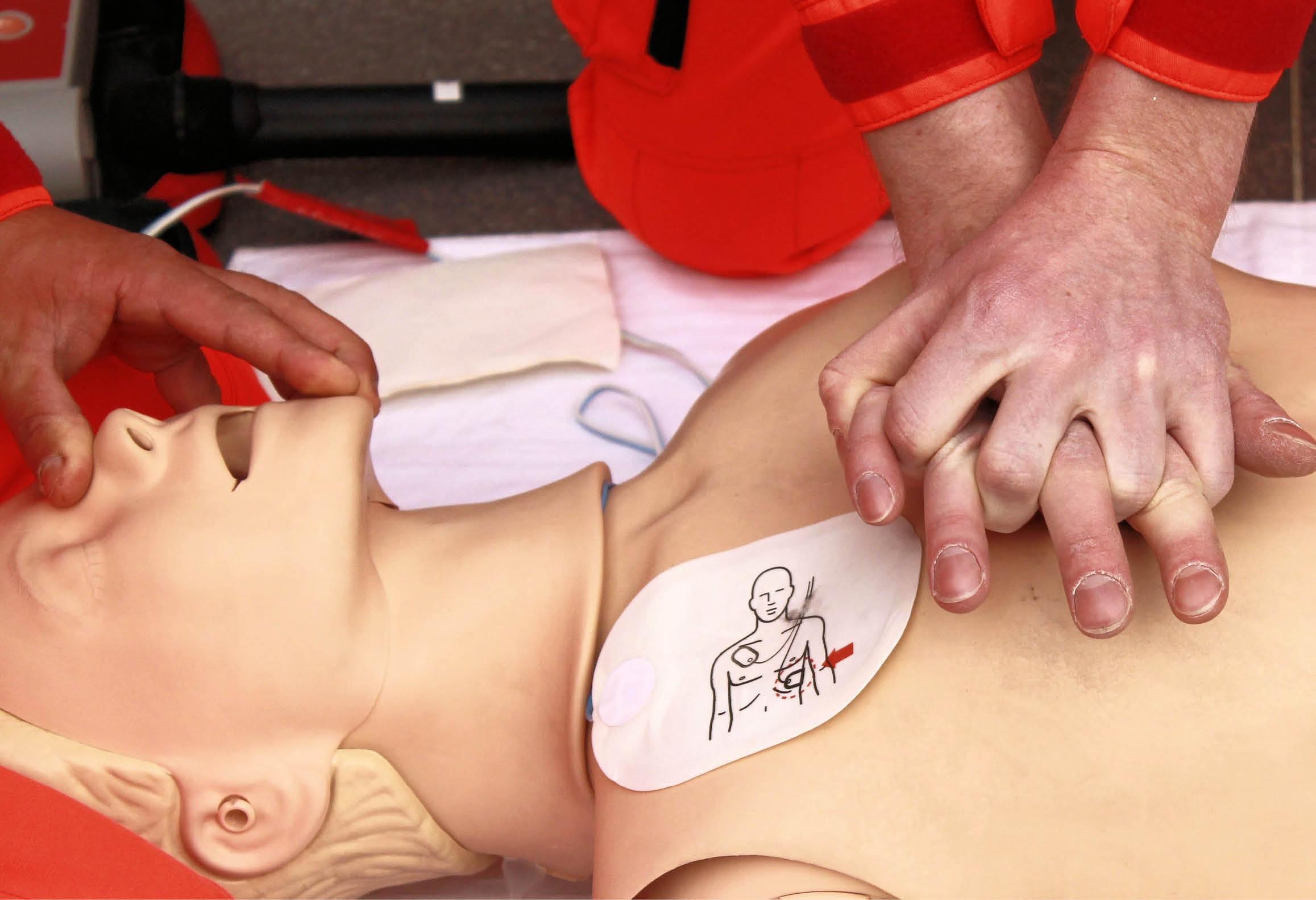Utbildning i hjärt- och lungräddning på övningsdocka