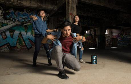 Tre elever som dansar streetdance