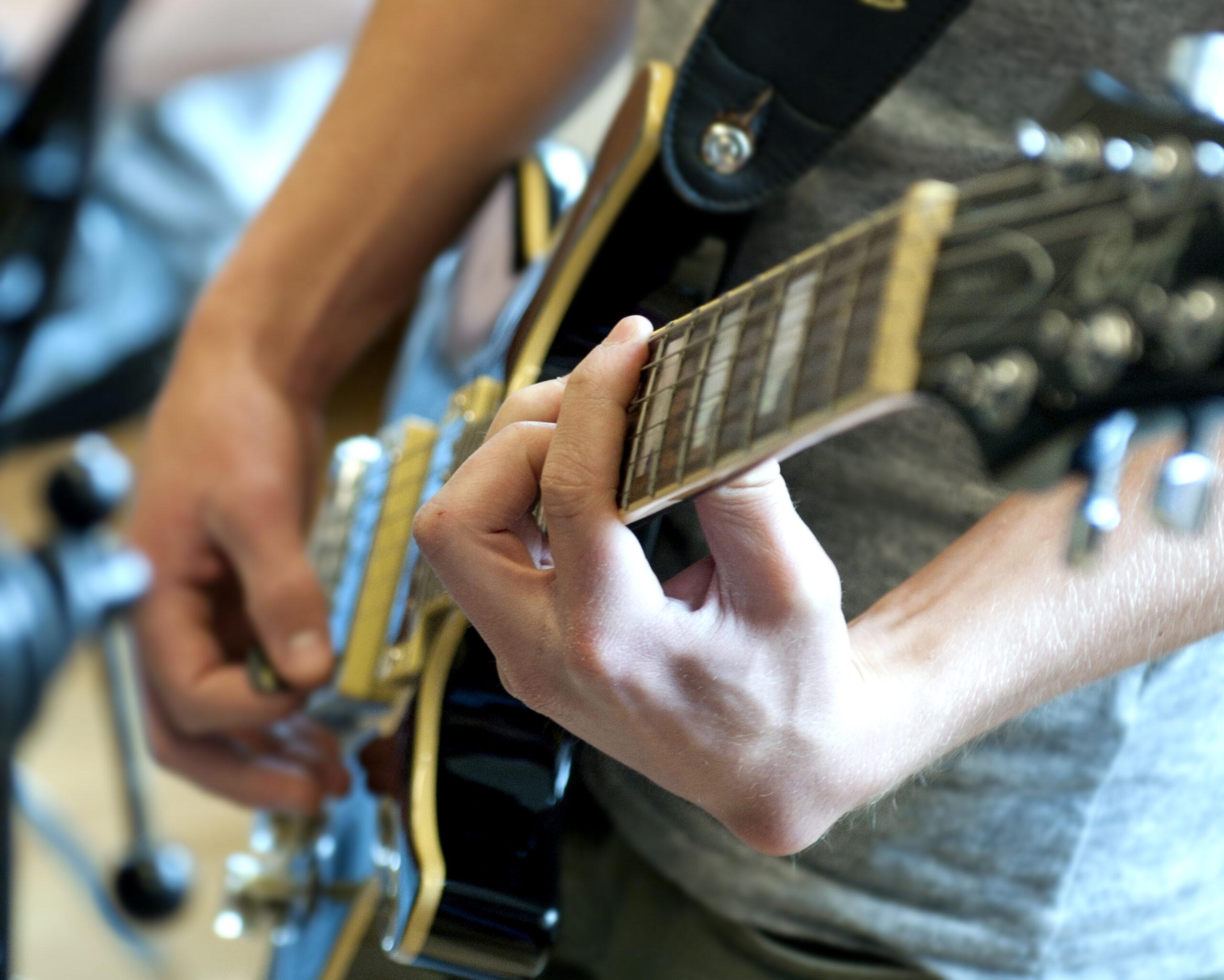 Musiker spelar på gitarr