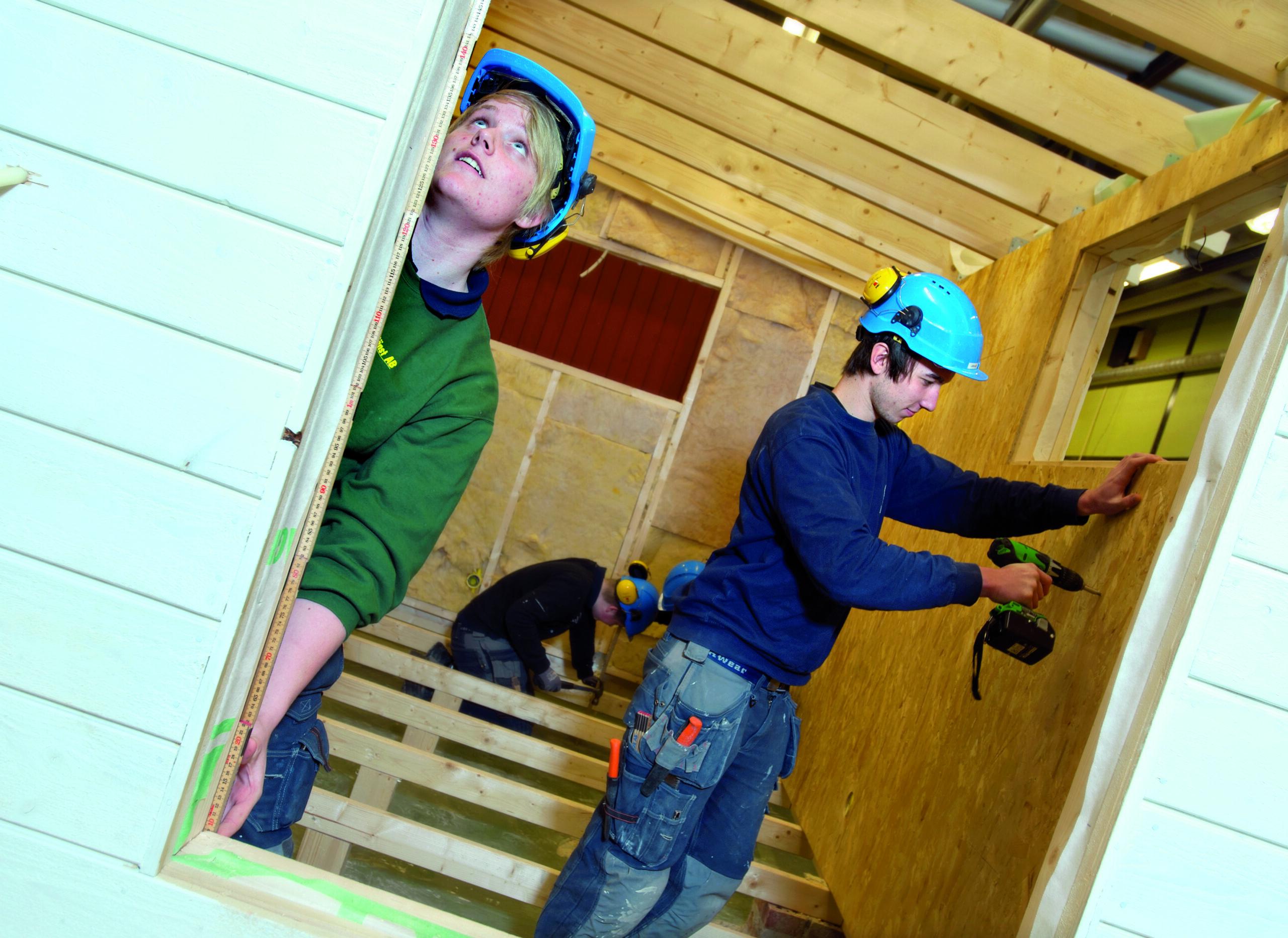 Elever bygger på attefallshus